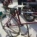 A taposós bicikli szerkezete. A kerék két oldalán racsni, a taposókhoz fixen hozzákötött fél-láncok. Borzalom