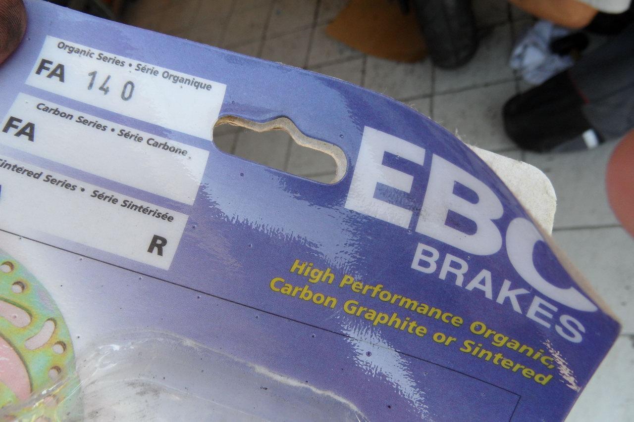 Íme a Xelvis hátsó fékbetét cikkszáma az EBC márkánál. Azonos a régi VTR 250-esével. Is. Meg sok mással is, még pár Buellével is