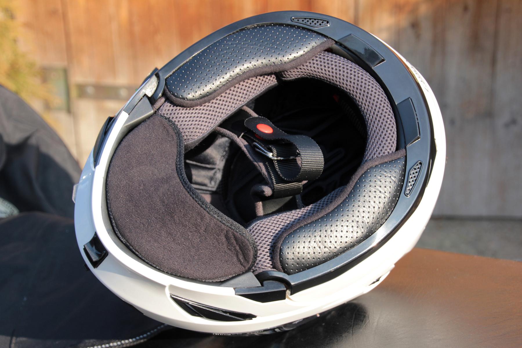 A felnyitott állvédővel motorozást megnehezíti, hogy a napszemüveget mozgató gomb ilyenkor csak körülményesem elérhető, a plexi alá kell nyúlni