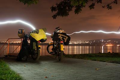 A hatalmas Jumperbe nagyjából tizenöt-húsz ilyen mopedet be lehetne pakolni