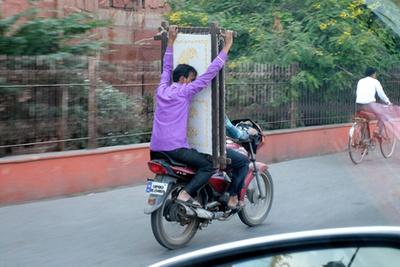 Száriban nem is lehet máshogy motorra ülni. Ha meg úgyis ilyen veszélyes, akkor minek már bilit húzni?