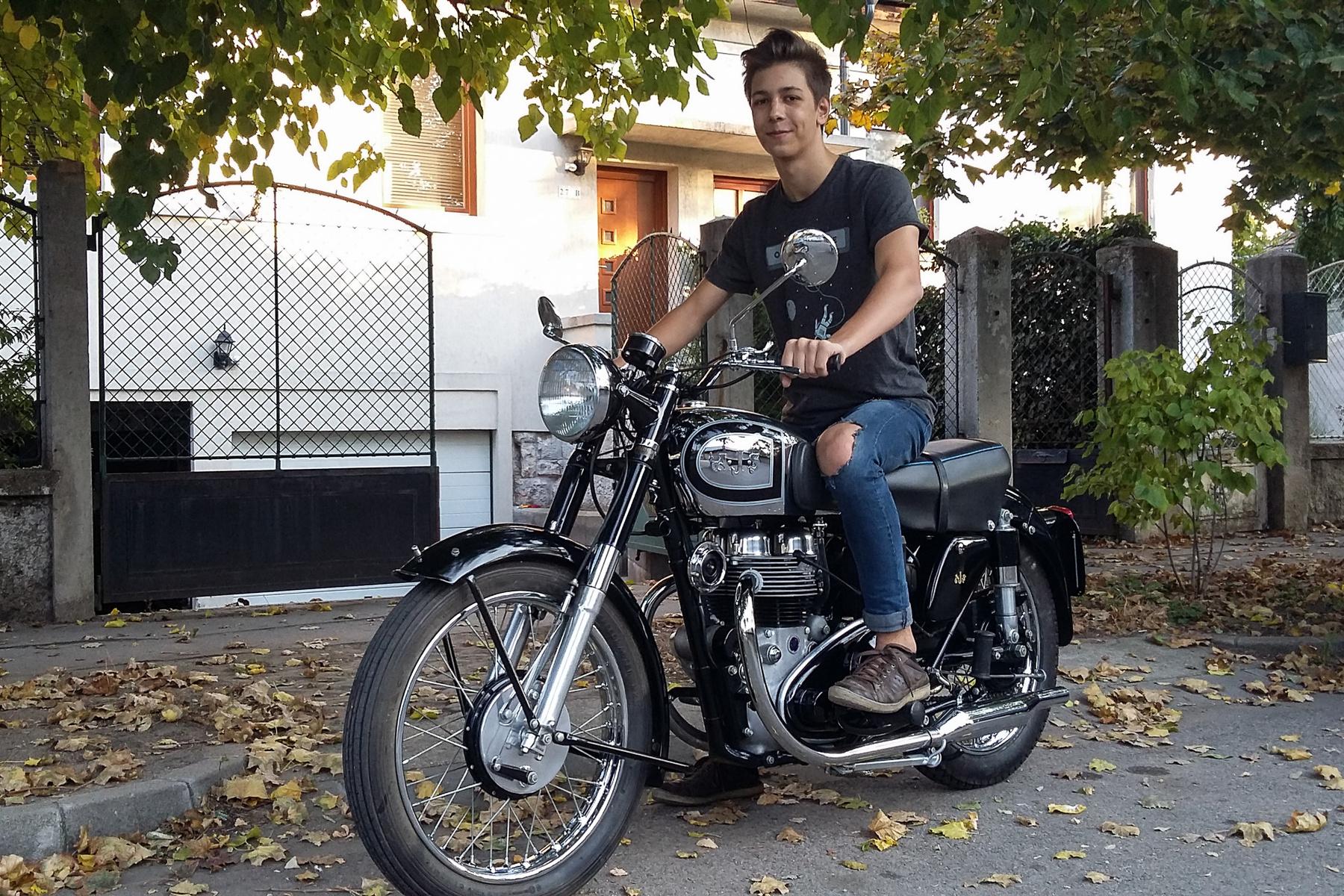 Az AJS-t és Matchlesst egyesítő AMC (Associated Motorcycles - nem összetévesztendő az amerikai AMC-vel) ötlete volt a pántos zárású primerlánc-fedél. Nagy butaság, mert könnyebb talán szerelni, mint a sokcsavaros, hagyományost, de még annál is jobban hajlamos elcsöpögtetni az olajat. Az enyém is körbepisili a területét