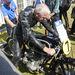 Sammy Miller melegíti az RS BMW-t, a szerelője előzőleg felírta