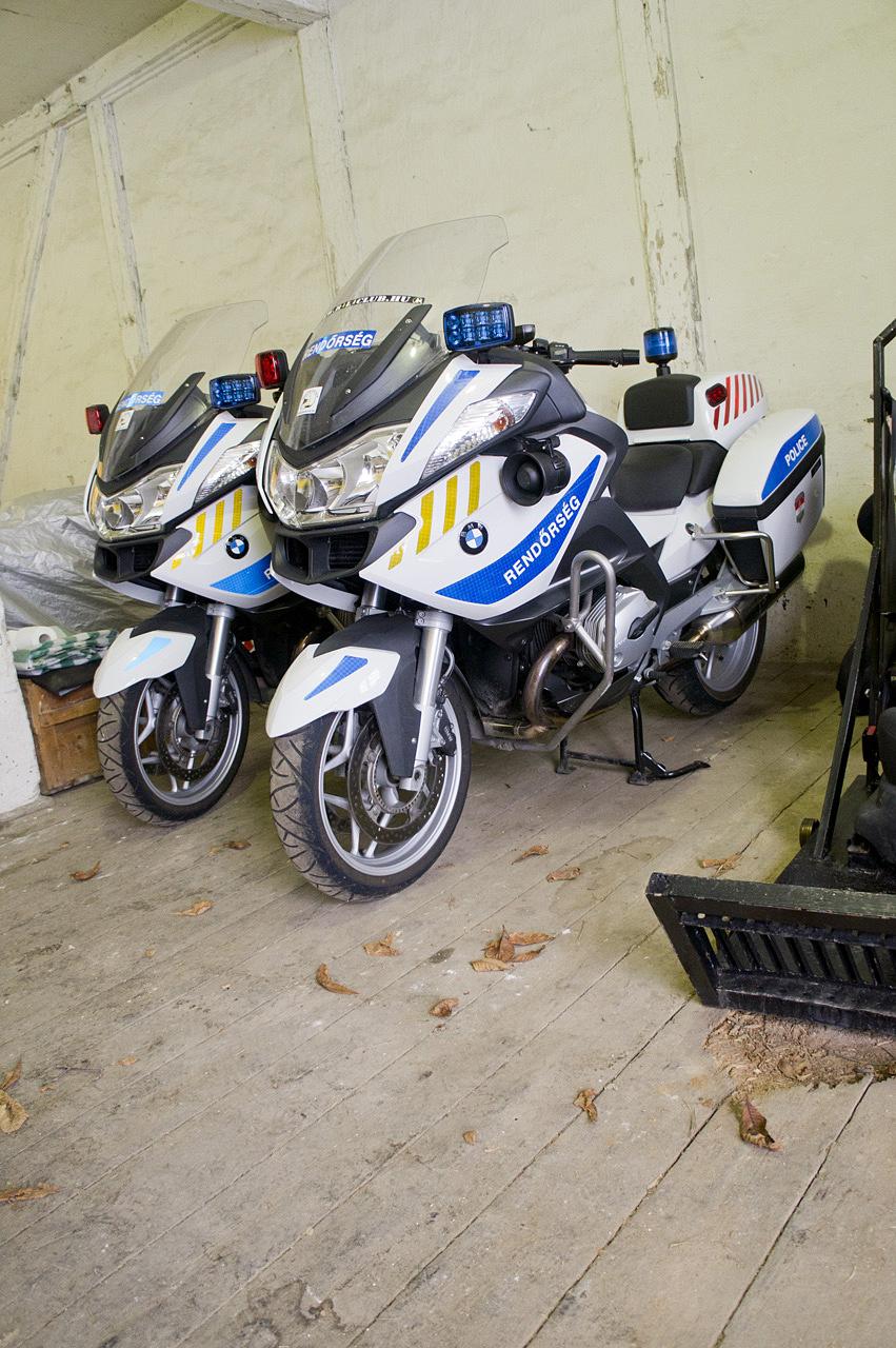 A speciális üléseket a garázsban tárolják, hátha még szükség lesz rájuk.