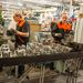 Hengerfejeket készítenek a munkások