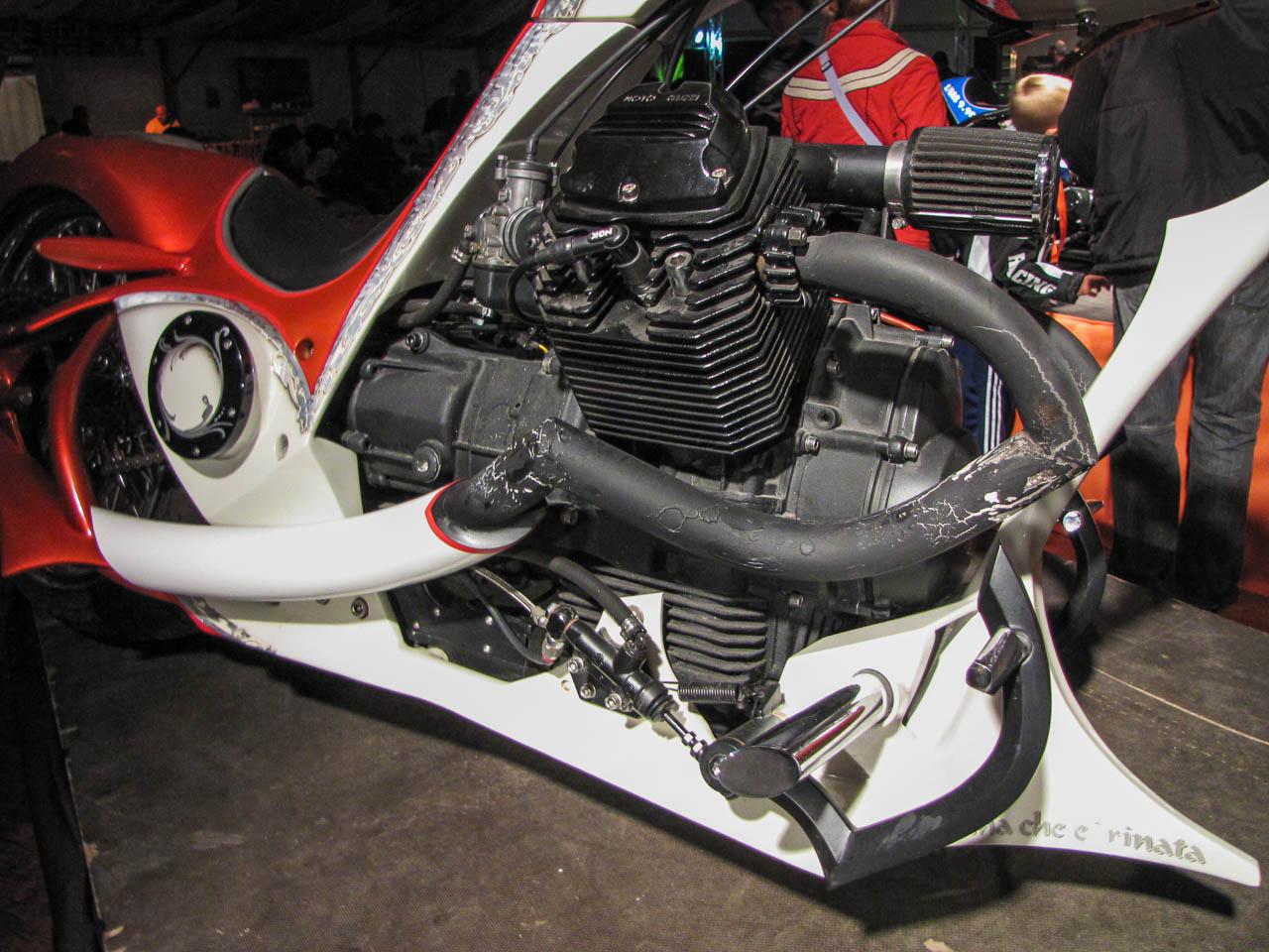 Zirig Árpinak sok szeretettel: egy pofás custom motoron csak dobhat az eredeti csehszlovák PAL lámpa