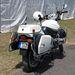 Leszerelt rendőrmotor, a villogó helyén futószalagok ipari lámpája