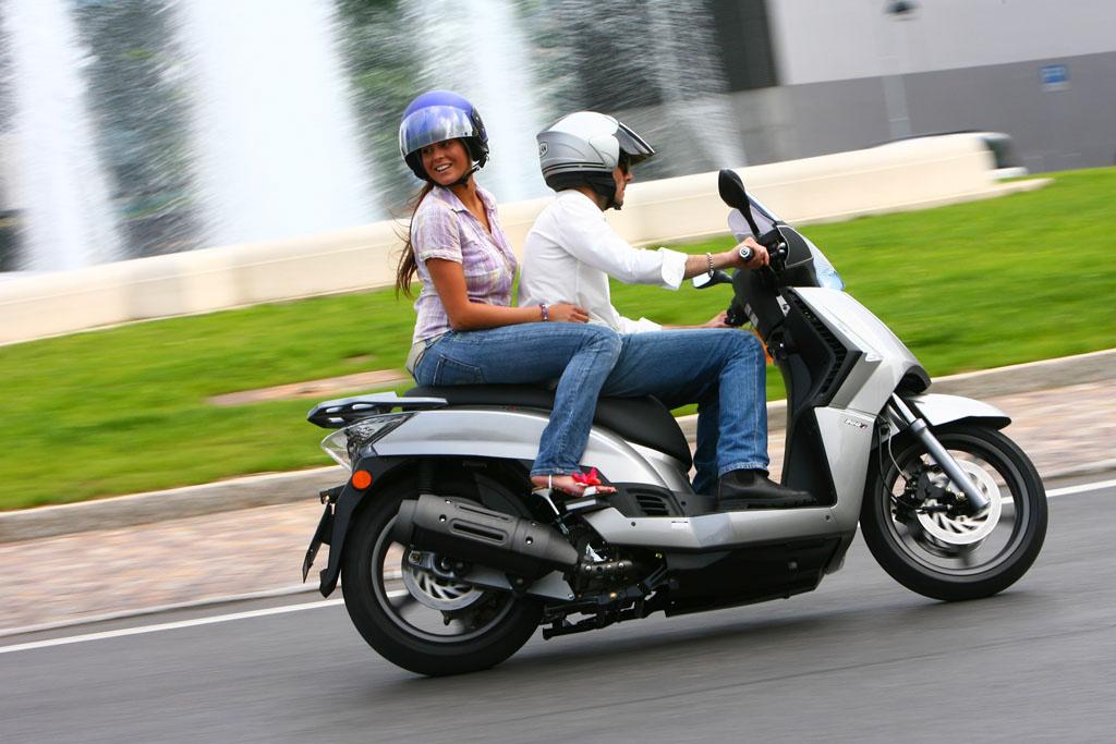 A Piaggio Beverly elegáns, jól bírja az úthibákat. Majdnem úgy mozog mint egy igazi motorkerékpár. A százhuszonötös verzió gyenge ehhez a mérethez, inkább a kétszáz köbcentis, vagy nagyobb motorral válasszuk
