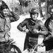 Bud Ekins (2. balról) és Steve McQueen (középen) az 1964-es hatnaposon az akkori NDK-ban