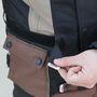 A dzseki derekánál tépőzáras szíjjal lehet beállítani a méretet. Csak az a zavaró, hogy az ember néha a szíjat összekeveri a közvetlenül alatta lévő kabátzsebbel