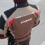 Fényvisszaverő csíkok és feliratok, szellőzőnyílások a háton. A kabáthoz járó gerincprotektort érdemes egy masszívabb darabra cserélni
