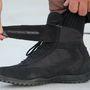 A cipőfűzőt és a bokát is kordában tartja a tépőzáras pánt