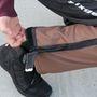 A nadrág szárát tépőzárral és zipzárral lehet szűkíteni