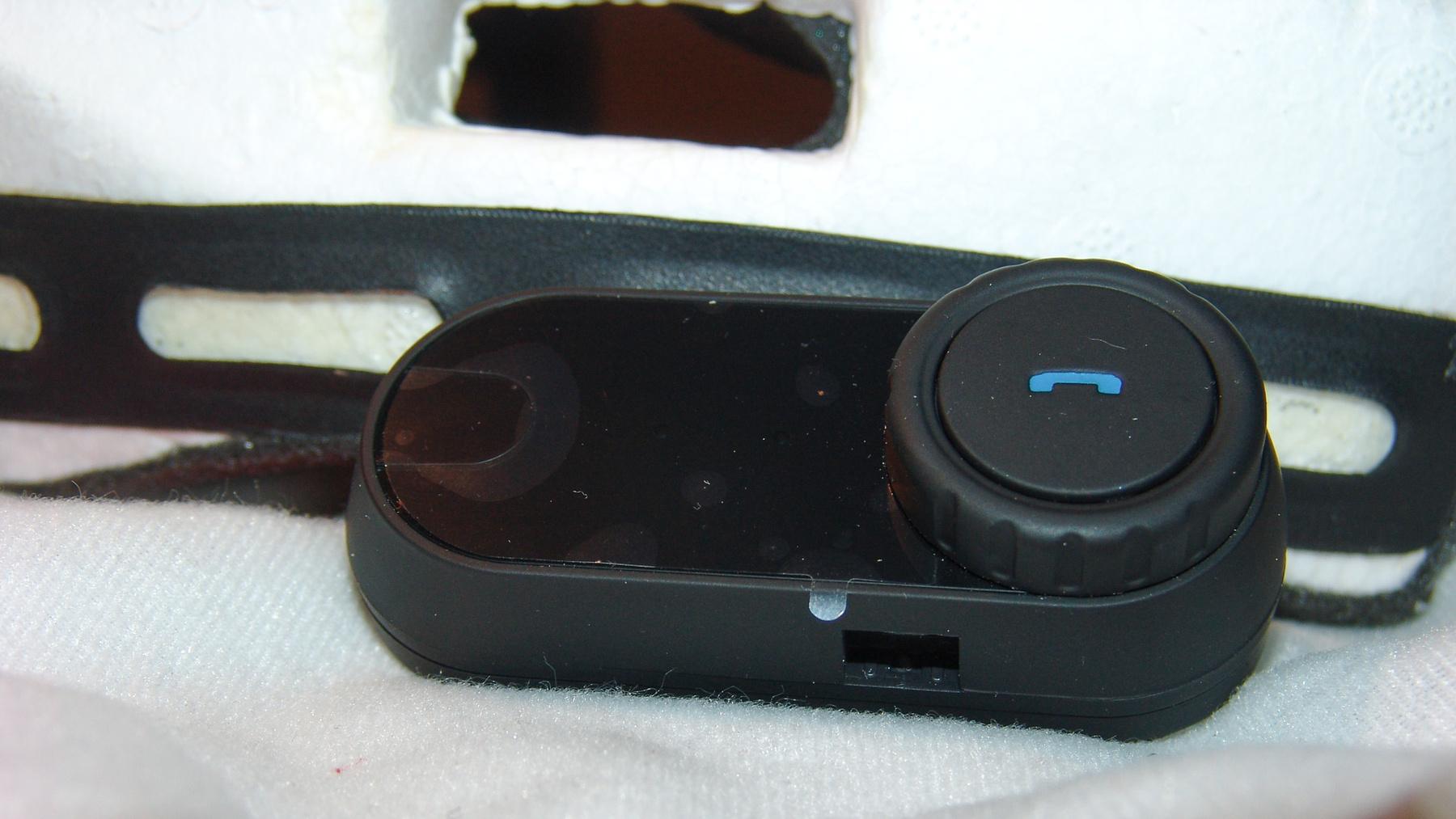 Hülyeség: egyedi csatlakozó, ide megy a headset és a töltő. Mennyivel jobb lenne, ha egy hagyományos mini USB lenne