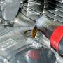 A kihúzható nyakú flakon nagyban megkönnyíti az olaj betöltését, nem kell tölcsérrel bohóckodni