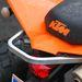 A kapaszkodót markolva könnyen odébb taszíthatjuk a KTM seggét