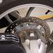 A hátsó kerék 276-os tárcsájához kétdugattyús nyereget ilesztettek