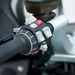 A BMW nagyon érzi ezt a kapcsolófétist: egy gombba integrált fénykürt és reflektor, tempomat, a futómű és kipörgésgátló funkciógombja, az állítható plexi kapcsolója, index, duda, vészvillogó, a fedélzeti számítógép funkció gombja és persze az újonnan kifejlesztett motoros iDrive
