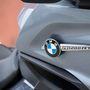 Rafinált módon, szinte lebeg az idom mellett a BMW-embléma és a típusjelzés