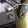 A külső USB csatlakozó feláras. Az ülés alatti rekeszt gombnyomásra nyíló elektromos zár védi