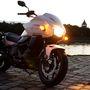 Az egyik leghasznosabb, biztonságot is növelő dolog motorkerékpáron a helyzetjelzőként világító irányjelző. Indexeléskor természetesen (nagyobb fényerővel) villog is