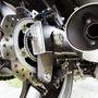 A lengővilla alatt látható a mechanikus, bovdennel működtethető rögzítőfék