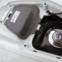 A fényezett műanyag fedél alatt lakik a zárható tanksapka és egy nem zárható kesztyűtartó