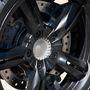 A futómű, a kerekek és a fékek a C600 Sportról jönnek, minden más egyedi fejlesztés. Van ABS és kipörgésgátló is. Utóbbi létfontosságú egy ennyire nyomatékos villanyrobogón