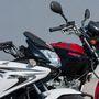Mindkét motoron rövidke a tükör szára, csak a Safety Hungraynél a Hondáét leszerelték, hogy a tréningen ne legyen vele gond
