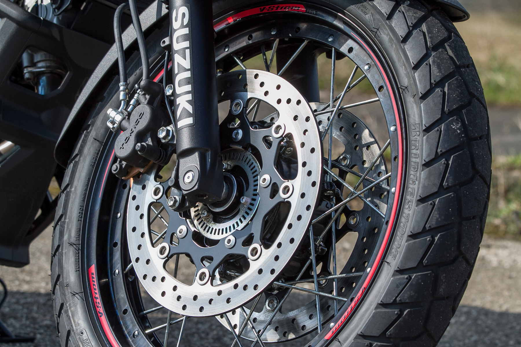 A V-Strommal jól lehet állva motorozni, nem nyomja semmi a térdet, nem kell feleslegesen nagy terpeszben állni