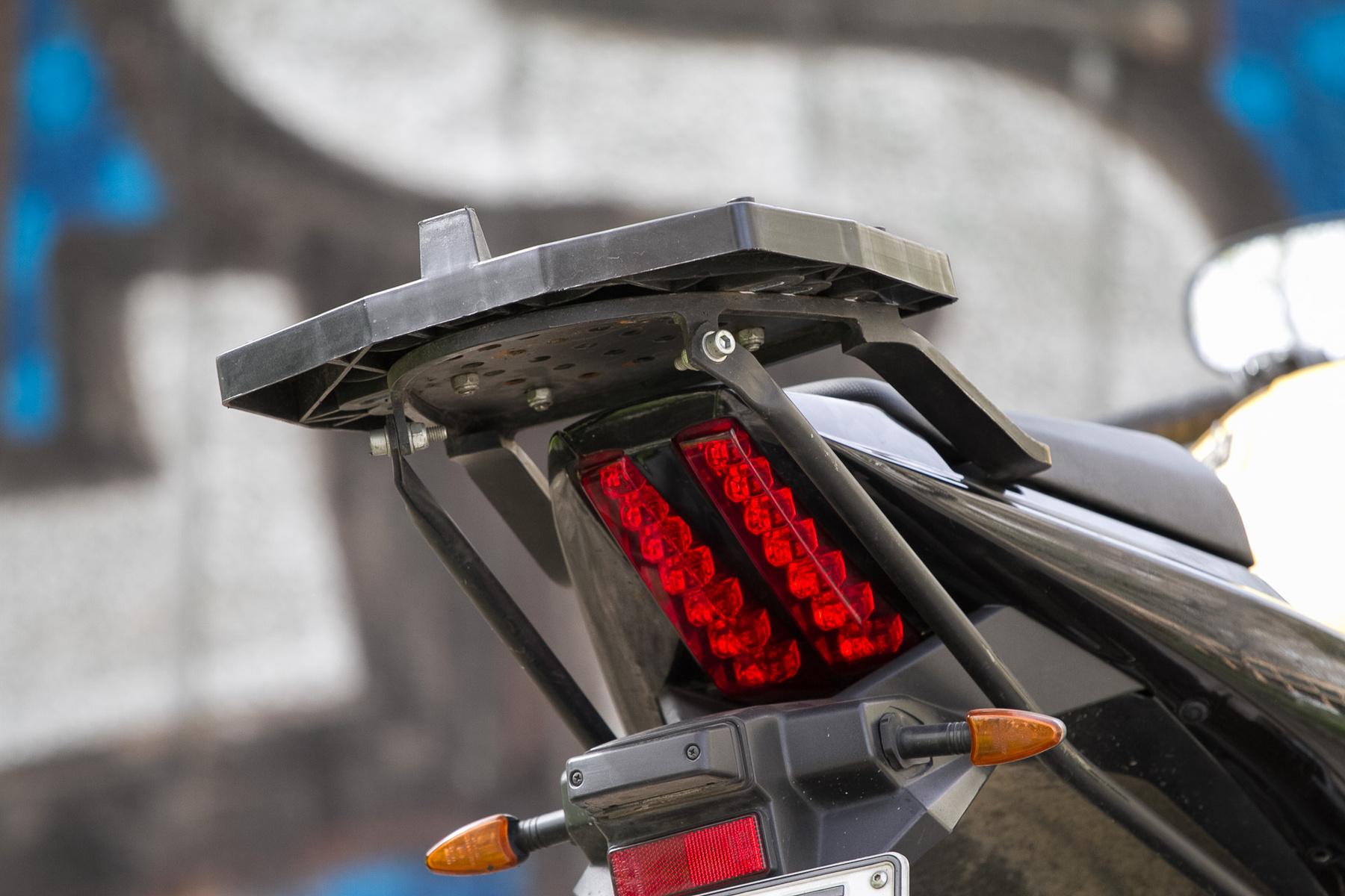 Két csíkból álló LED-es féklámpa jól mutat a sportos farokidomon