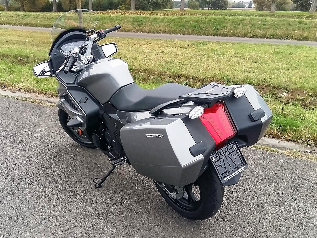 Ez ugyanaz minusz 1000 eurónyi műanyag - az a két holland női bicaj valahogy bizalomgerjesztőbb