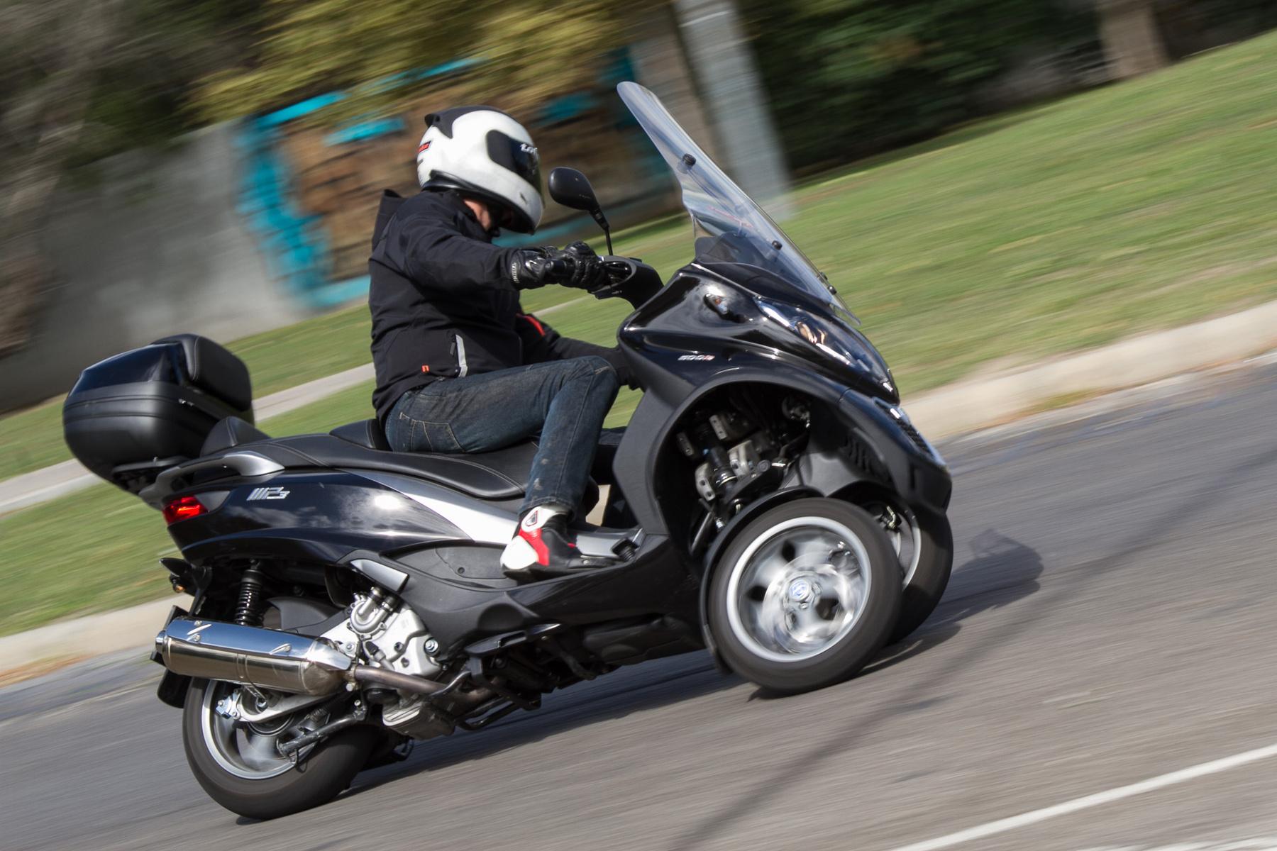 A legális sebességtartományban nincs problémája, de elinduláskor 30 alatt kissé ábrándozik
